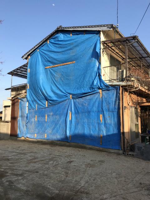 お隣の家が解体されて外壁が剝き出しになってます