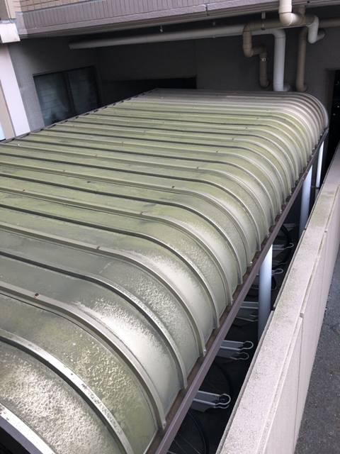 駐輪場 トタン屋根