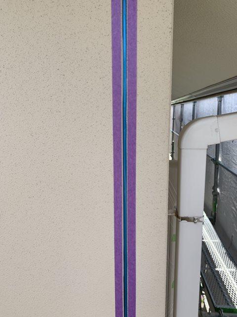 今治市で外壁塗装工事。塗装の前にコーキングの打ち替えをしていきます。