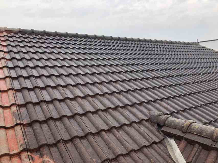 今治市で屋根のセメント瓦塗装をします。かなり汚れもあるのでしっかりと高圧洗浄をしていきます。