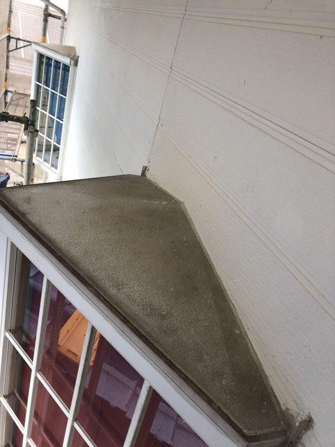 今治市での外壁塗装工事をしています。出窓の屋根部分である板金塗装を紹介したいと思います。