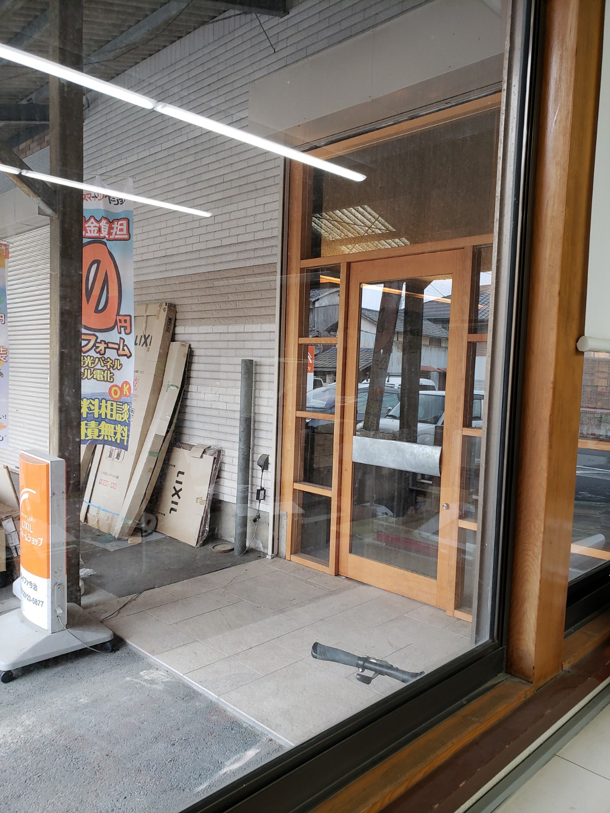 事務所のガラス窓